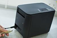 PT-P900W USB-Kabel wird eingesteckt