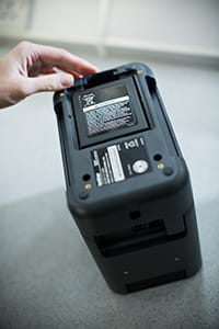 Brother PT-P900W Etikettendrucker mit Akkubasis