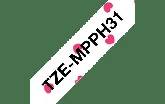 Original TZe-MPPH31 Schriftbandkassette von Brother – Schwarz auf Weiß mit rosa Herzen, 12mm breit